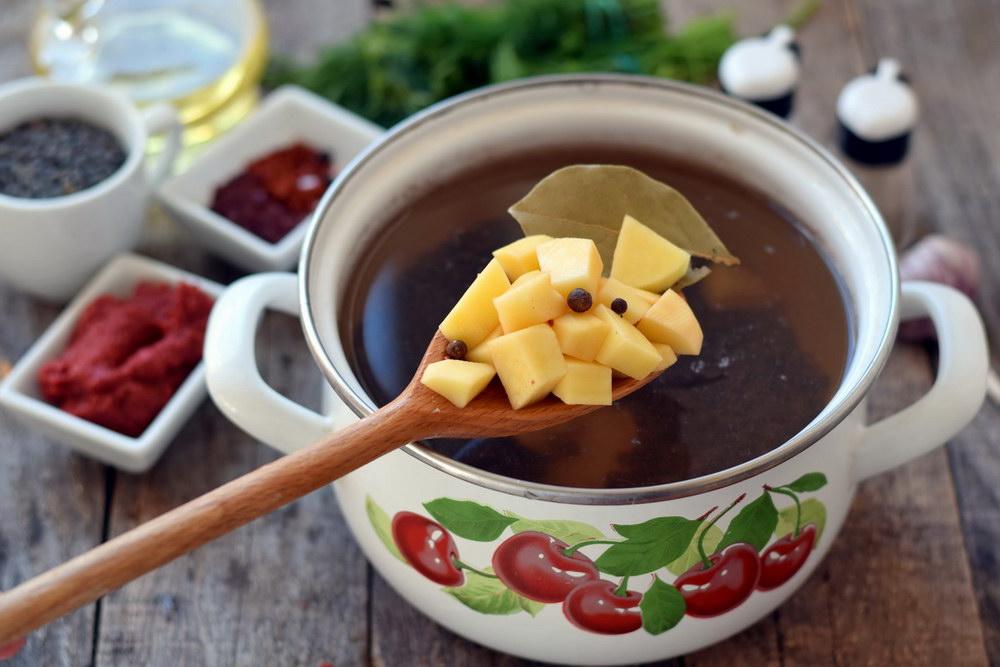 Добавить картофель и лавровый лист в кастрюлю