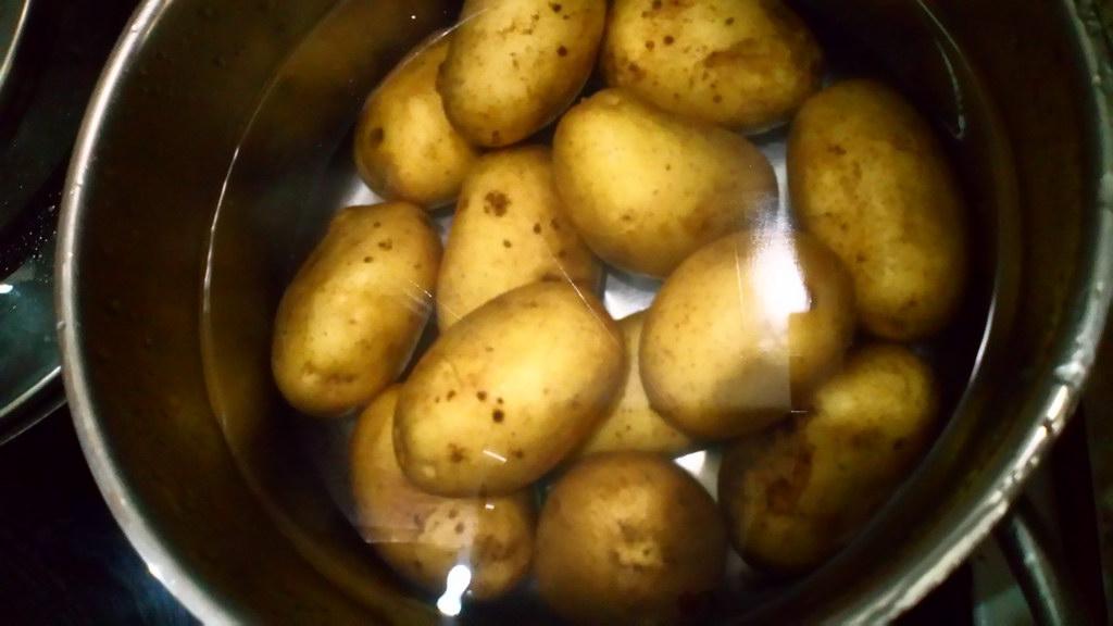 Поставить картофель в мундире