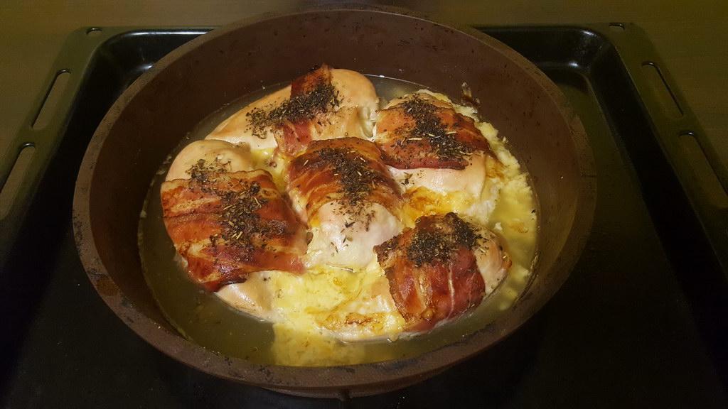 Куриные грудки с беконом и сыром, запеченные в духовке