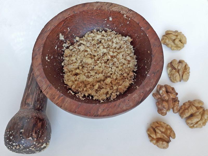 Крошим грецкие орехи