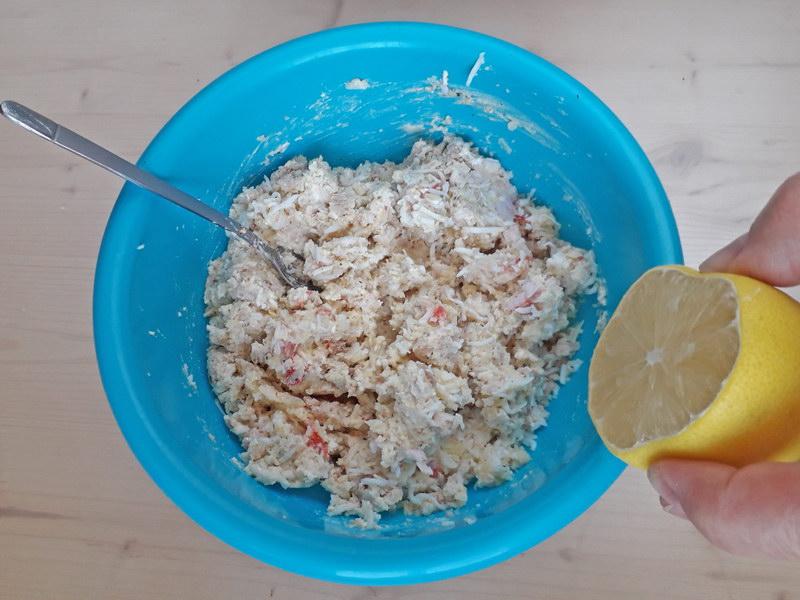 Соединяем компоненты и сбрызгиваем лимоном