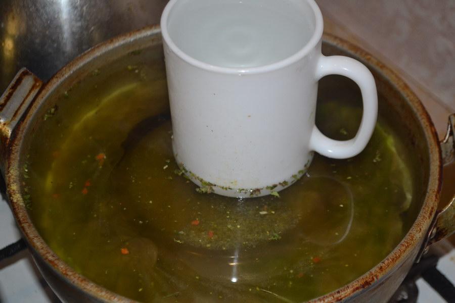 поставить кружку с водой
