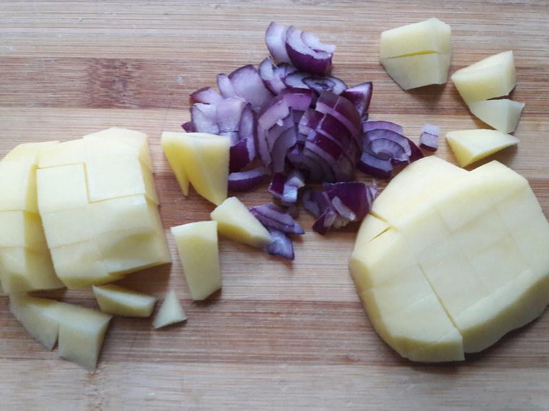 Нарезаем картофель и лук