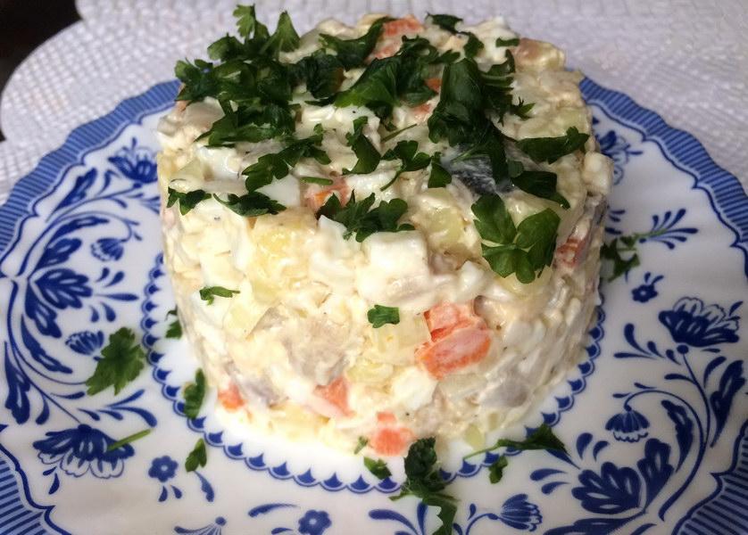 Вкусный салат «Прибой» с рыбой