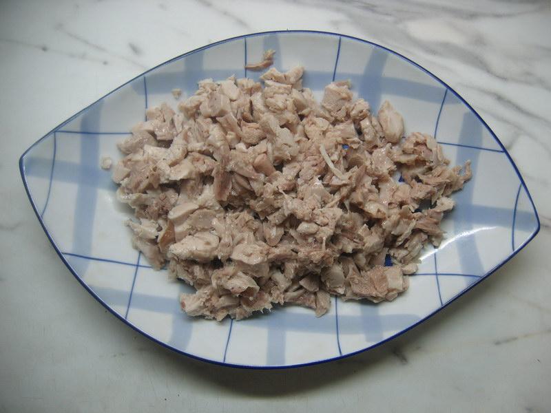 Нарезать куриное мясо кубиками или волокнами