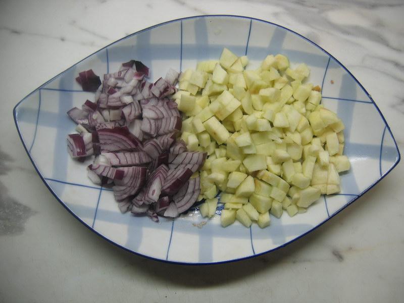 Нарезать яблоки и лук
