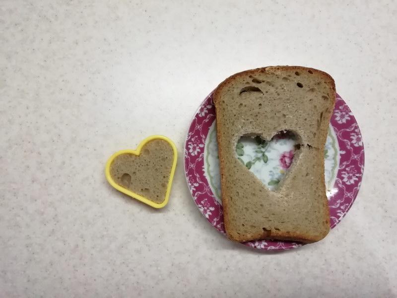 Отрезаем хлеб и вырезаем серединку
