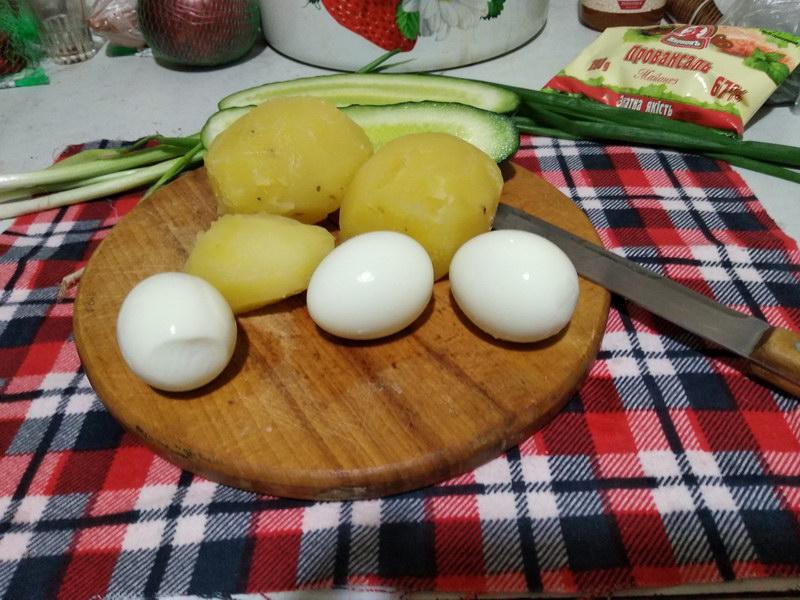 Почистить картофель, яйца
