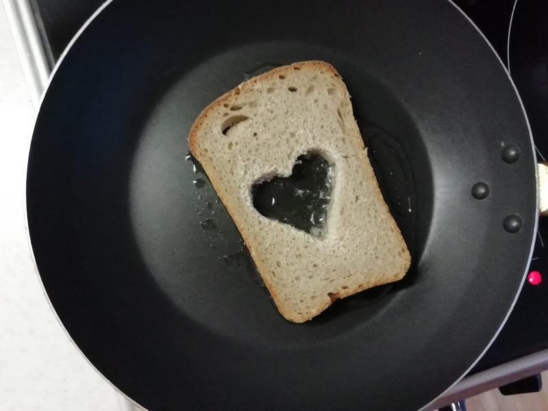 Обжариваем хлеб на сковороде