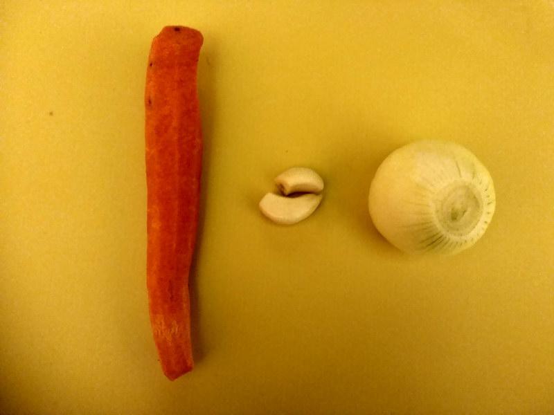 Почистить морковь, лук и чеснок