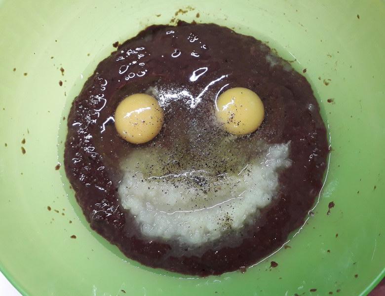 Разбиваем яйца, солим и перчим