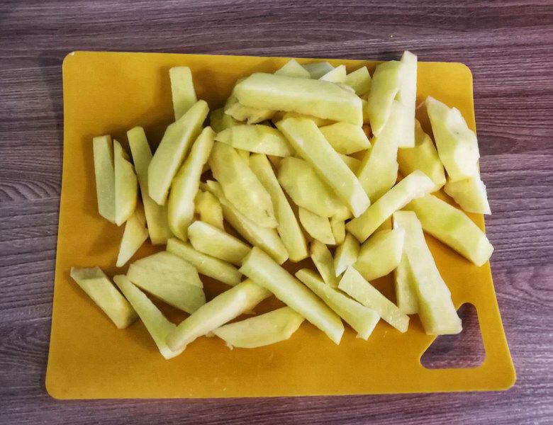Картофель режу соломкой