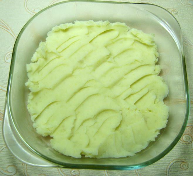 Выкладываем слой картофельного пюре