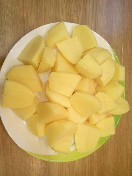 Крупно режем картофель