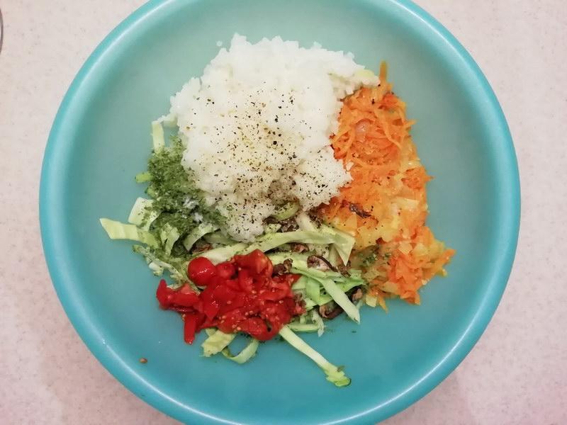Выкладываем лук, морковь, рис, капусту и специи