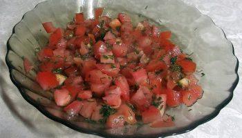 Салат «Красная шапочка» с помидорами и горошком (свежо и вкусно)