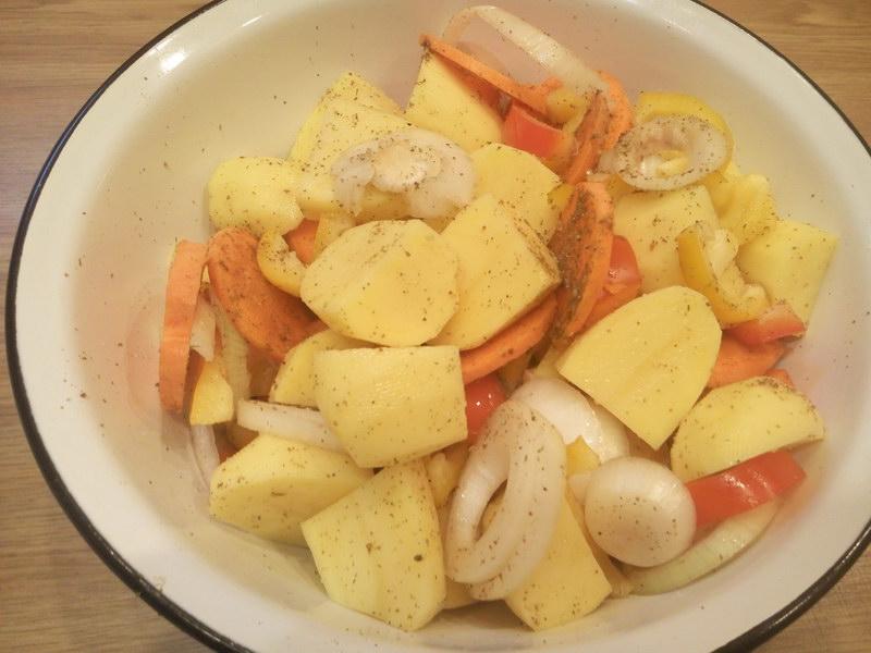 Все овощи в миске смешиваем со специями
