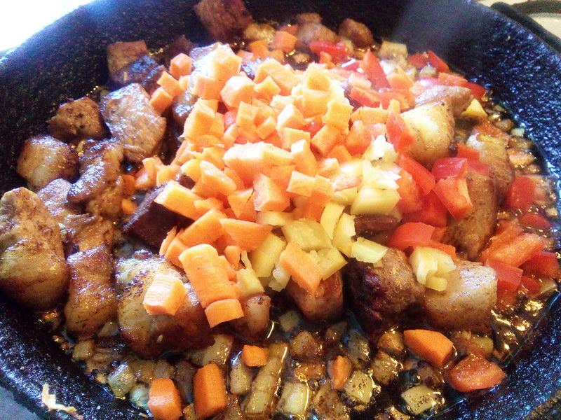 Добавляем морковь и перец