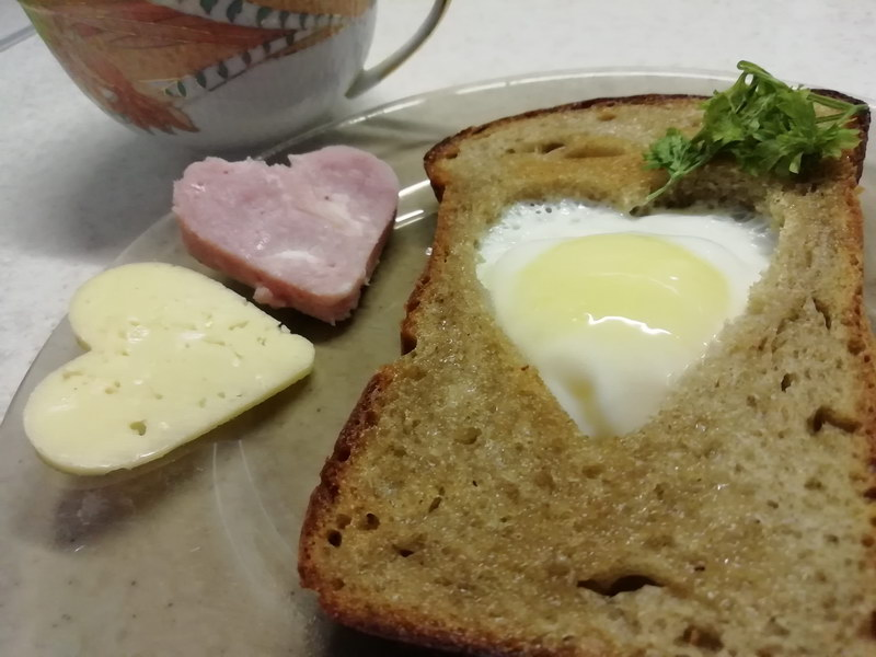 Яичница «Бычий глаз» на завтрак любимым