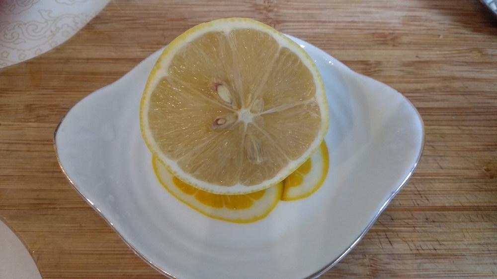 Для заправки сок лимона и оливковое масло