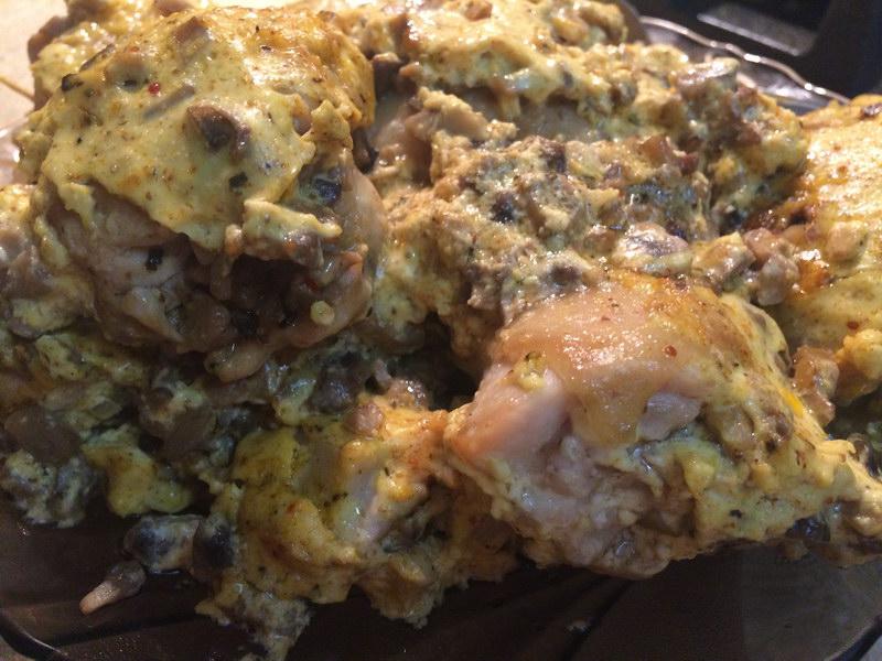 Куриные бедра фаршированные грибами с майонезно-сметанным соусом