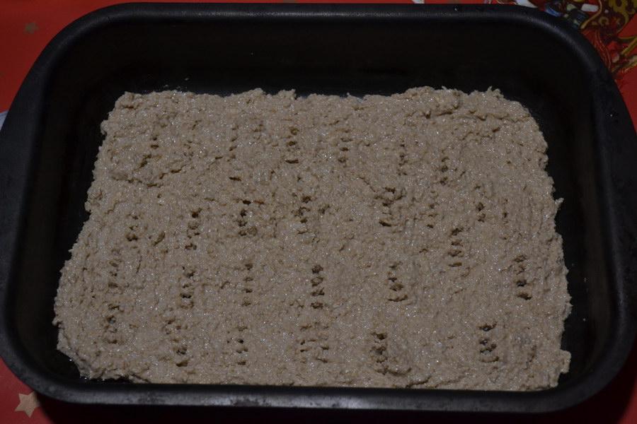 Выложить овсяное тесто