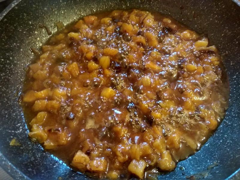 Обжарить сухофрукты в меду