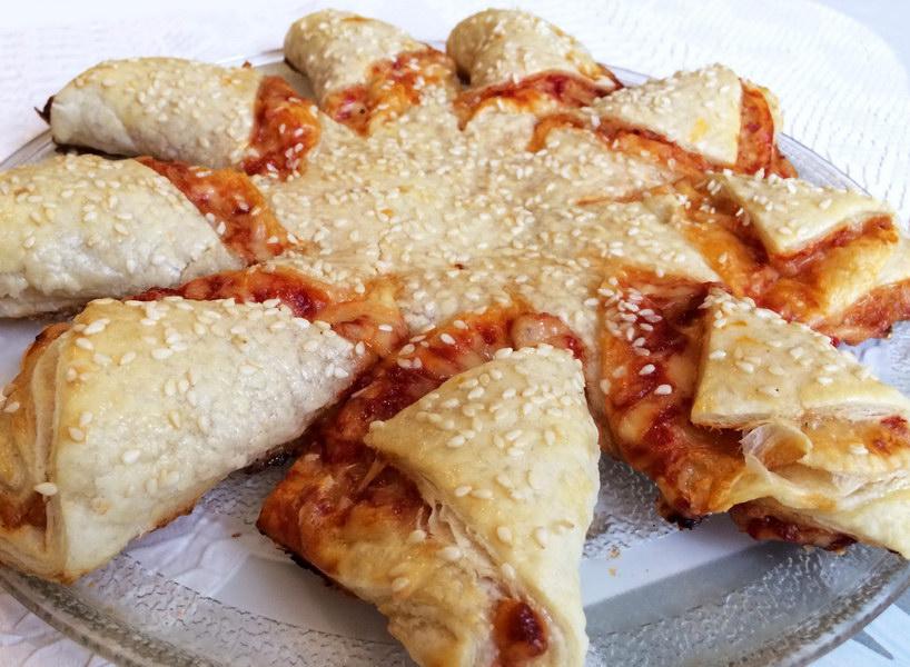 Супербыстрый пирог-пицца из слоёного теста