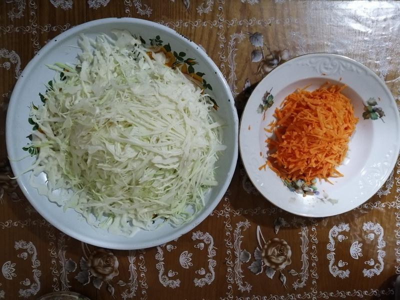 Нарезать морковь и капусту