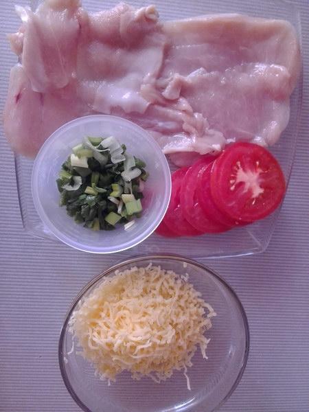 Подготовить филе, нарезать помидор и натереть сыр