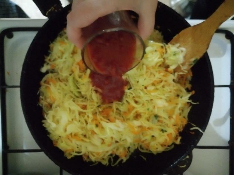 Подсолить и добавить томатную пасту