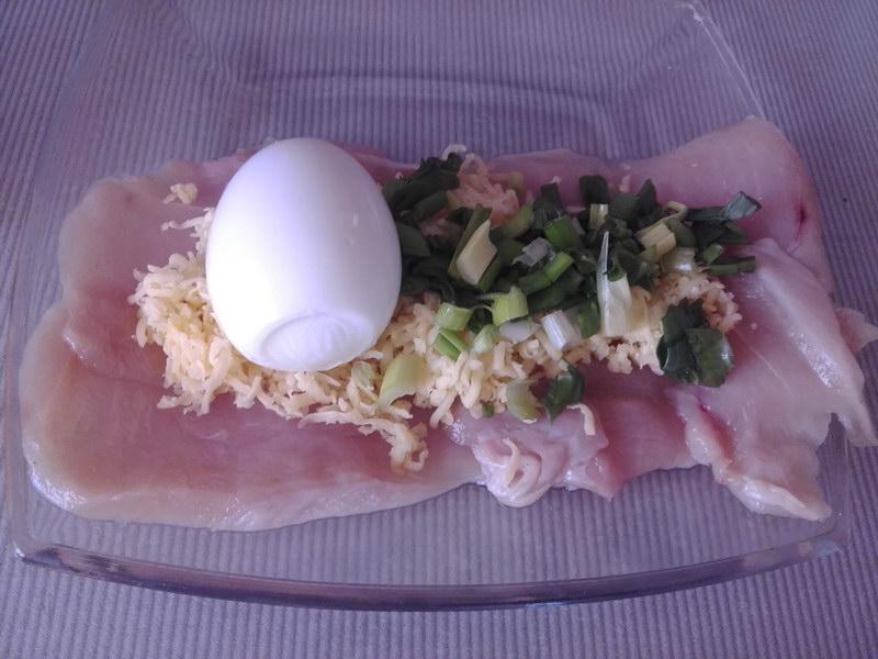 Выложить дорожку сыра и яйцо на филе