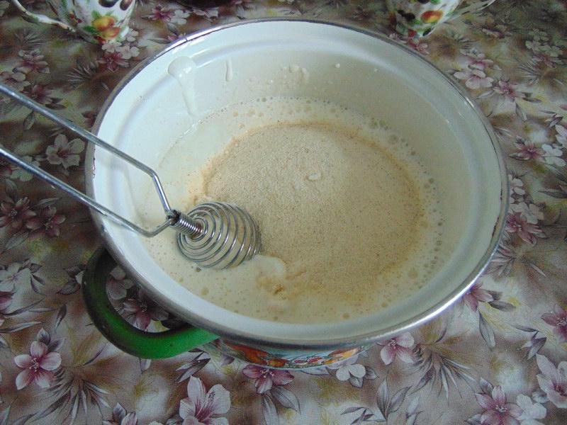 Добавить кефир и манку