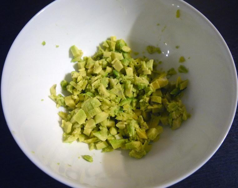 Мелко режем мякоть в салатник