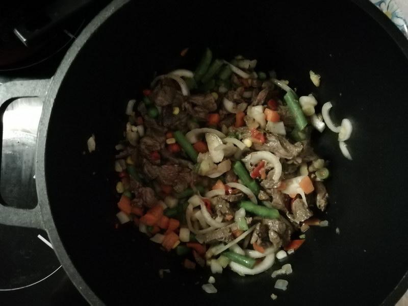 Всё перемешать и добавить томатной пасты