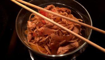 Лапша по-китайски с курицей в соевом соусе