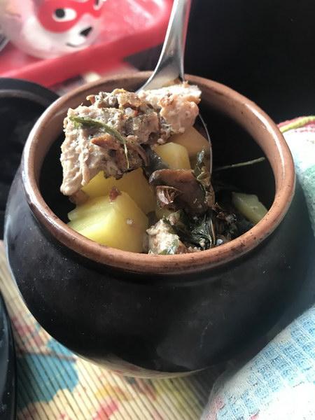 Мясо в горшочках с картофелем и грибами