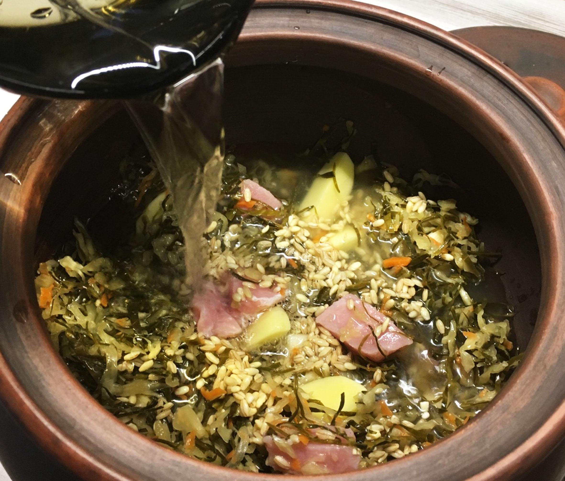 Русские щи с мясом и зелёной квашеной капустой
