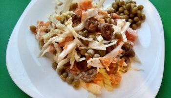 Свежий рецепт салата с куриными сердечками и пекинской капустой