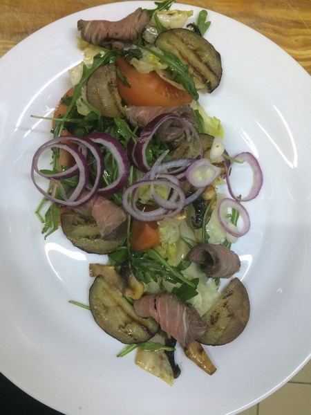Тёплый и сытный салат с ростбифом домашнего приготовления и баклажаном – гриль