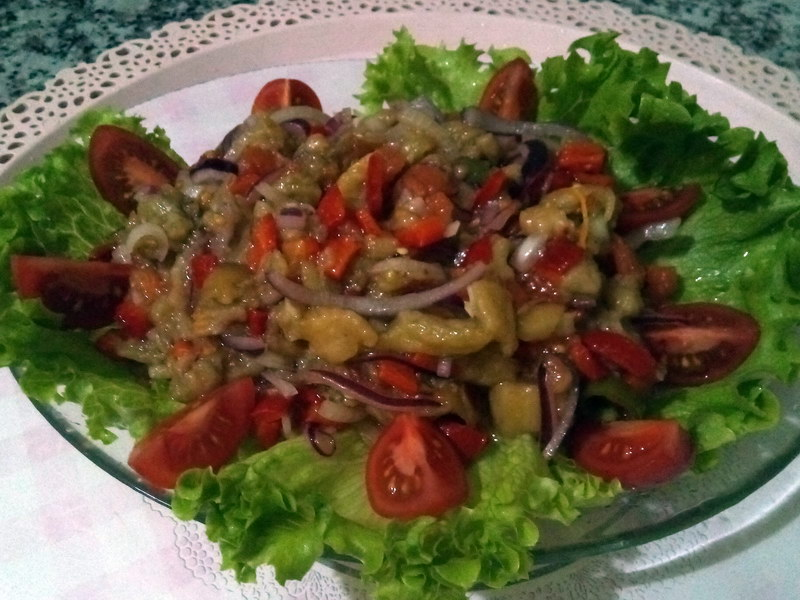 Салат из запеченных баклажанов, сладкого перца и томатов