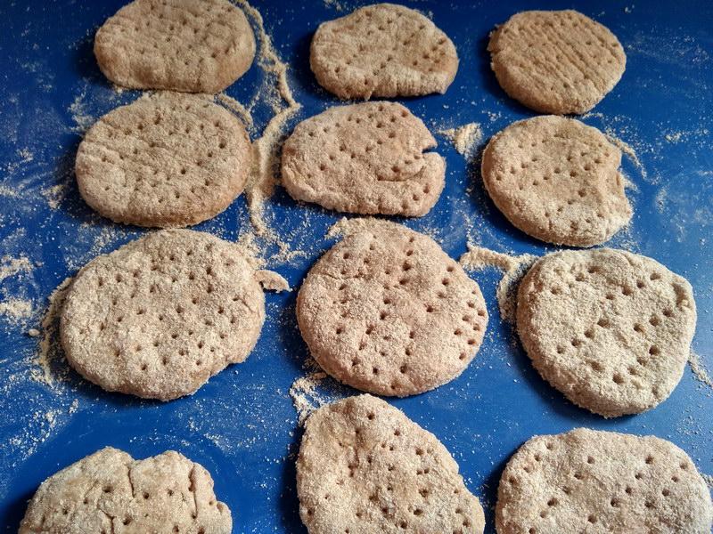 Клубничное печенье на сковороде (без выпечки)