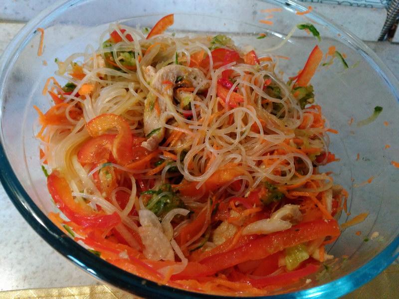 Интересный пряный салат из фунчозы и курицы