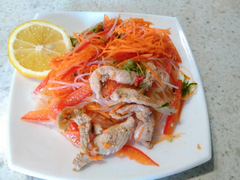 Салат из фунчозы и курицы