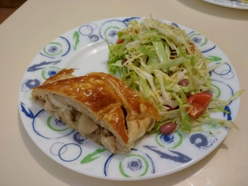 Закусочный пирог-косичка с курицей, грибами и сыром