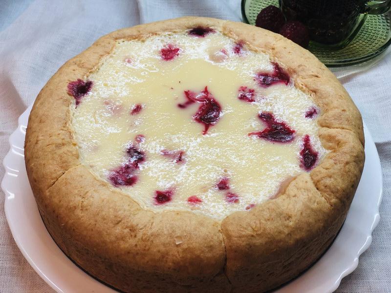 Малиновый пирог со сметанным соусом