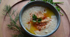 Хумус из белой фасоли — одна из самых популярных закусок в Израиле