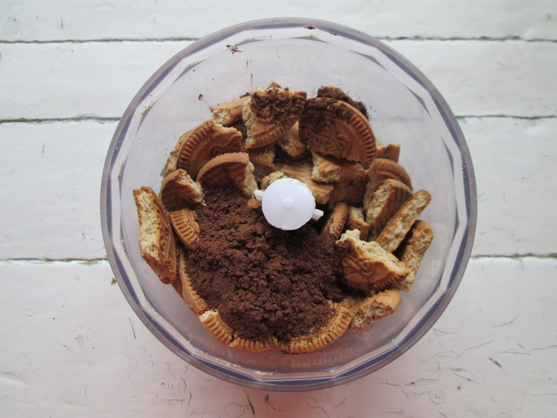 Шоколадный рулет без выпечки, напоминает знаменитую «Картошку». Но на самом деле, это – совсем разные блюда!