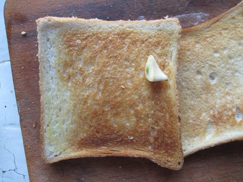 Канапе на праздничный стол. Мини бутерброды с чесночными гренками на шпажках