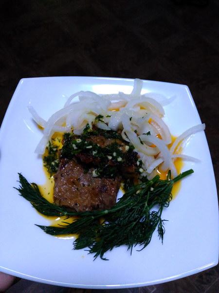 Нежный стейк из говядины с киви и облепиховым соусом